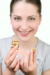 Молодая девушка с десертом в руках