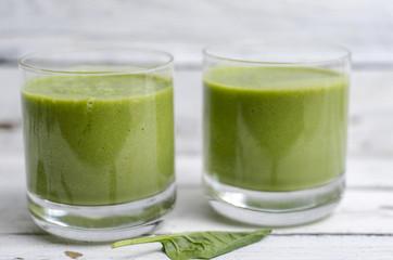 Grüner Smoothie mit Nüssen und Spinat