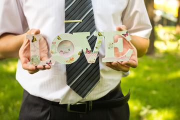 Жених и надпись любовь