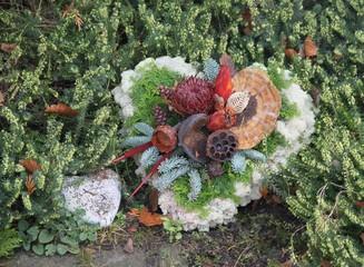 Liebevolle Grabdekoration im Herbst