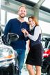 Leute oder Paar mit Neuwagen von Autohaus