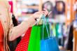 Frau mit Einkaufstüten im Laden