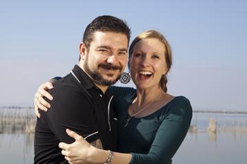 Hombre con barba y mujer rubia abrazados