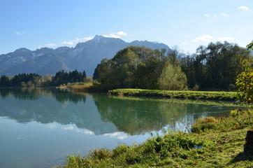 Gebirgslandschaft spiegelt sich im See