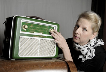 Frau mit Radio 2