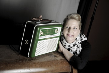 Frau mit Radio 4
