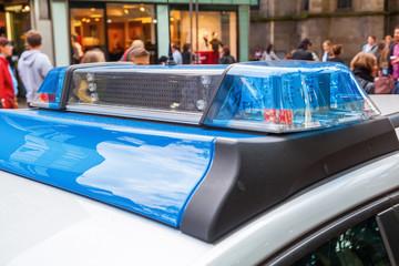 Polizeiwagen in der Großstadt