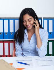 Frau aus der Türkei im Büro spricht am Handy
