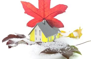 Schnee und Herbstlaub Wärmedämmung am Haus
