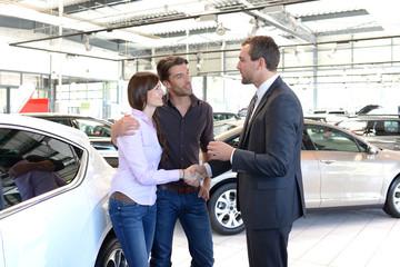 Verkaufsgespräch und Schlüsselübergabe im Autohaus // Sales talk
