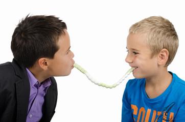 Kinder mit Süßigkeiten