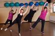 Gruppe trainierender Frauen und Männer