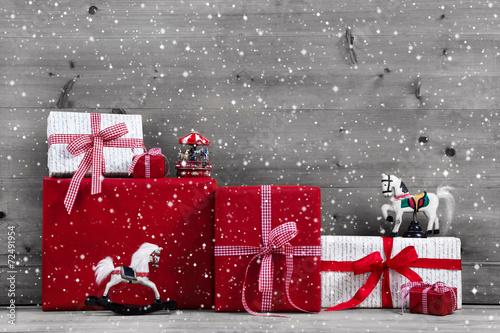 canvas print picture Rote Weihnachtsgeschenke auf Holz Hintergrund: Gutschein