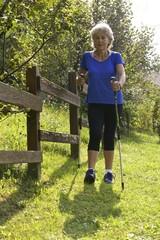 donna senior jogging cosa bastoni