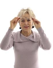 Donna controllo occhiali