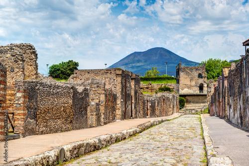 Leinwanddruck Bild Street in Pompeii overlooking the Vesuvius, Italy