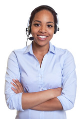 Stehende Frau aus Afrika mit Headset