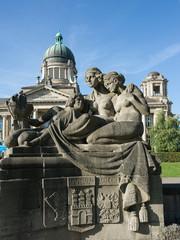 Denkmal im Park vor Gerichtsgebäude