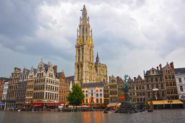 Amberes, Antwerpen, Gran Plaza Mayor, día lluvioso