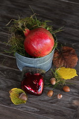 herbstliches Stilleben mit Laub, Moss & Granatapfel