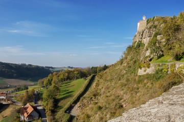 Burganlage auf einem Fels
