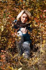 девушка в осеннем листопаде