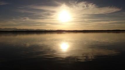 Die Sonne geht am See unter