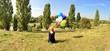 canvas print picture - Mädchen mit Luftballons im Park
