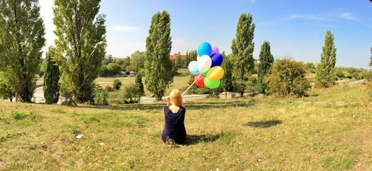 Mädchen mit Luftballons im Park
