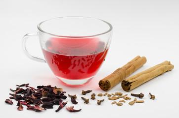 Hibiskus-Tee mit Zimt und Nelken