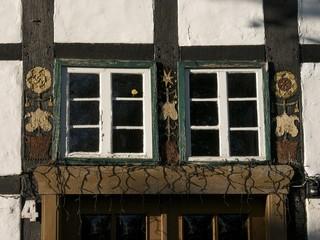 Sprossenfenster mit grünem Rahmen am Bartholdskrug bei Bielefeld