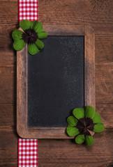 Alte Schultafel mit Kleeblatt als Holz Hintergrund für Werbung
