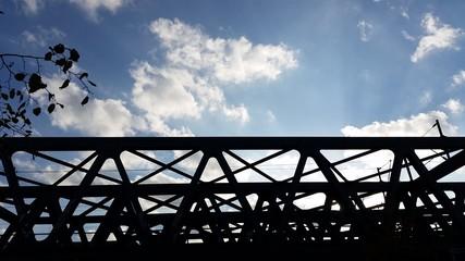 Brücken-Silhouette unter Wolken