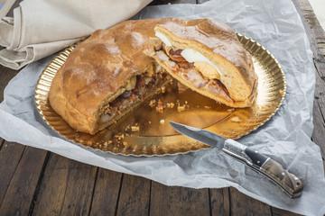 Hornazo tradicional relleno de carnes variadas y huevo cocido