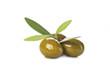 Aceitunas verdes con hojas aisladas sobre fondo blanco - 72515722