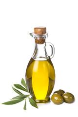 Aceite de oliva virgen y aceitunas aislado sobre fondo blanco