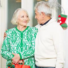 Zwei Senioren feiern Weihnachten