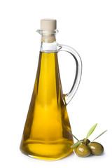 Aceite de oliva virgen extra y aceitunas con hojas sobre blanco