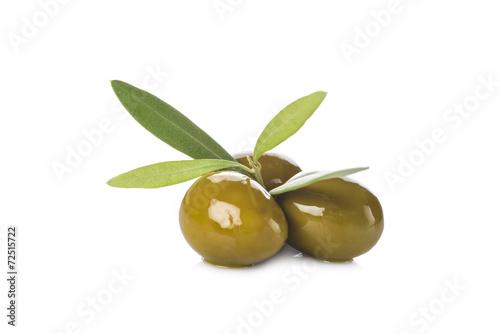 Papiers peints Condiment Aceitunas verdes con hojas aisladas sobre fondo blanco