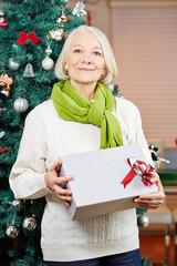 Seniorin an Weihnachten mit Geschenk
