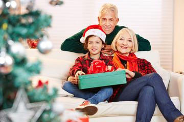 Kind feiert Weihnachten bei den Großeltern