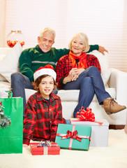 Junge mit Geschenken zu Weihnachten