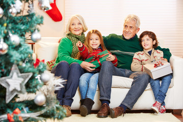 Großeltern feiern Weihnachten mit Enkelkindern