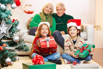Geschwister halten Geschenke zu Weihnachten