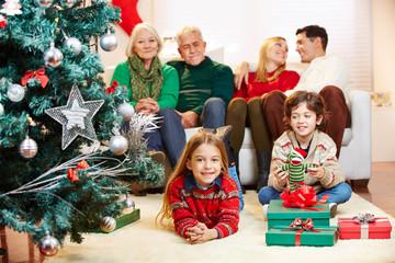 Familie mit drei Generationen zu Weihnachten