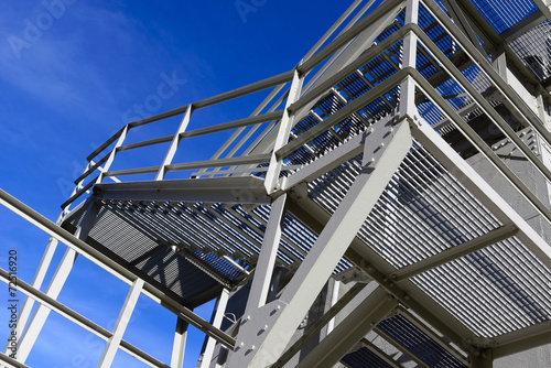 Fotobehang Trappen Scala esterna in metallo