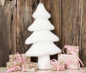weiße tanne mit geschenken
