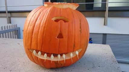 Halloween kürbiskopf mit weißen Zähnen