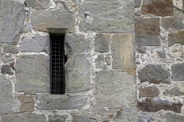 Schmales vergitterte Fensteröffnung