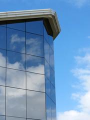 Prédio de vidro com reflexo